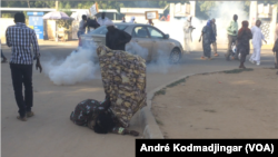 Les victimes d'Hissein Habré face à lacrymogène de la police nationale à N'Djamena, Tchad, le 19 novembre 2019. (VOA/André Kodmadjingar)