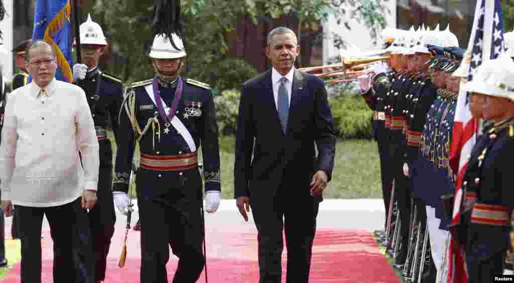 28일 필리핀을 방문한 바락 오바마 대통령이 말라카낭 대통령궁 앞에서 의장대의 환영식를 받고 있다.