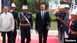 Tổng thống Hoa Kỳ Barack Obama và Tổng thống Philippines Benigno Aquino duyệt hàng quân danh dự trong buổi lễ chào đón tại dinh Tổng thống Malacanang ở Manila, ngày 28/4/2014.