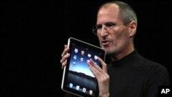 苹果电脑公司的CEO乔布斯展示iPad平板电脑