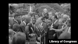 მარტინ ლუთერ კინგი, თანამოაზრეებთან ერთად ესაუბრება რეპორტიორებს მას შემდეგ, რაც პრეზიდენტ კენედს შეხვდნენ. ვაშინგტონი, 1963 წლის აგვისტო.
