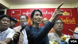 Aung San Suu Kyi dan para pendukung partainya. Suu Kyi ingin bergabung dalam Facebook dan Twitter untuk memperluas jaringan partainya di luar negeri.