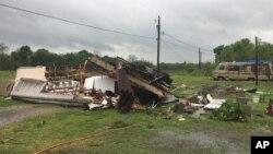 En esta foto proporcionada por la oficina del alguacil de la parroquia de St. Martin, Breaux Bridge, en Louisiana, puede verse la casa rodante en la que murieron una mujer y su hija.