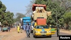 Un convoi de véhicules surchargés à Seleki, la frontière entre le Sénégal et la Gambie, 17 janvier 2017.