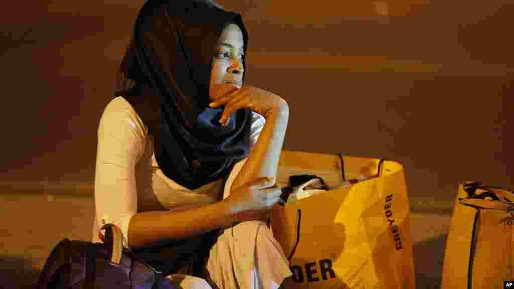 Une passagère se trouve devant l'aéroport après les explosions, le 29 juin, 2016