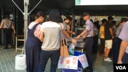 绿色台湾旗在台北世大运开幕式入口处被收缴。 (美国之音黎堡摄)