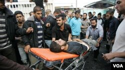 Warga mengangkat seorang pria yang cedera akibat serangan udara Israel ke RS Al-Najar di kota Rafah, Jalur Gaza, Sabtu (29/10).