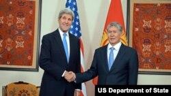အေမရိကန္ ႏိုင္ငံျခားေရးဝန္ႀကီး Kerry (ဝဲ) နဲ႔ Kyrgyz သမၼတ Almazbek Atambayev