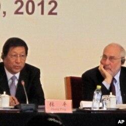 国家发改委主任张平(左)和美国哥伦比亚大学教授斯蒂格利茨