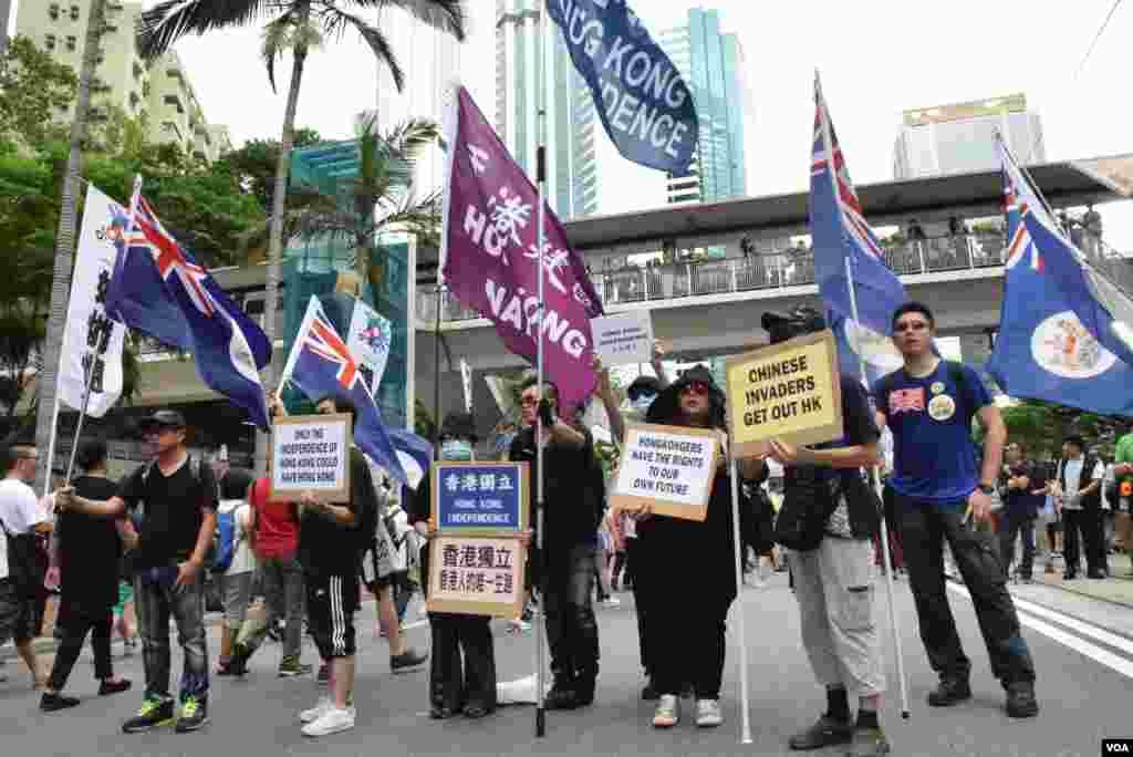 支持港獨的人士手持標語、旗幟加入7-1大遊行隊伍(美國之音 湯惠芸攝)