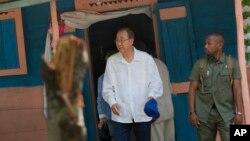 Sekjen PBB Ban Ki-moon ketika mengunjungi rumah salah seorang korban kolera di Hinche, Haiti, Juli tahun lalu (foto: dok).