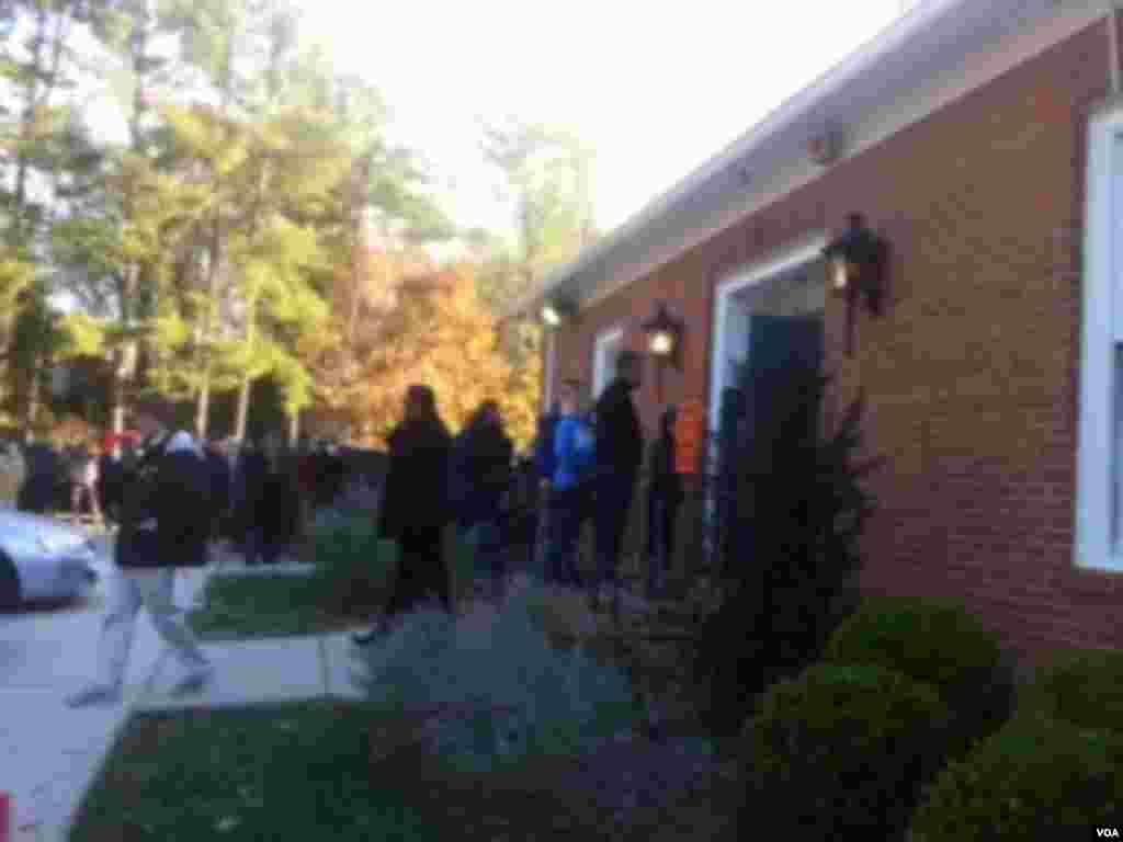 早晨選民大排長龍在投票站門口排隊等候進入投票站 (美國之音張洸華拍攝)