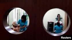 Tenaga pijat kesehatan di spa/salon di Jakarta, yang ternyata banyak dibutuhkan di negara-negara Eropa Timur. (Reuters/Beawiharta)