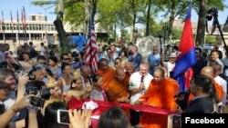 洛威尔市政厅举办高棉难民纪念碑举行剪彩色典礼。(2017年9月24日)