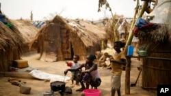 Des familles vivent dans des camps de réfugiés pour échapper aux violences dans le nord de la Centrafrique, ici à Kaga-Bandoro, Cle 16 février 2016.