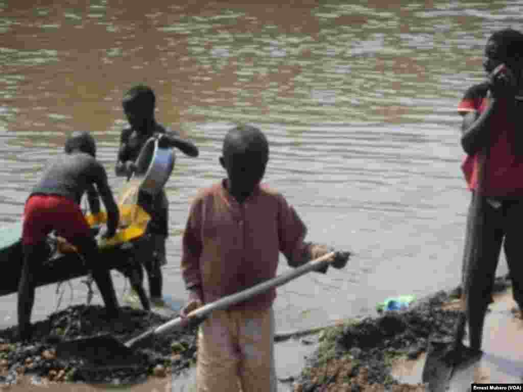Les enfants sont utilisés pour le nettoyage du sable à Shabunda pour en extraire l'or, en RDC, le 23 mars 2017. (VOA/Ernest Muhero)