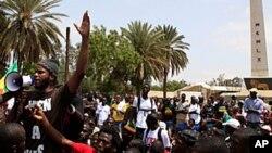 """Des militants sénégalais du mouvement citoyen """"Y'en a marre"""" s'adressant à une foule à Dakar. Ils étaient arrêtés en même temps que Fred Bauma avant d'être expulsés de la RDC."""