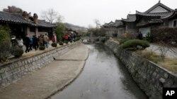 지난 2008년 11월 북한 개성을 방문한 한국 관광객들이 한옥들을 둘러보고 있다. (자료사진)
