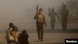 Jurnalis dan tentara Irak di di Bartella, arah timur dari Mosul, menyusul serangan bom bunuh diri dari ISIS (20/10). (Reuters/Goran Tomasevic)