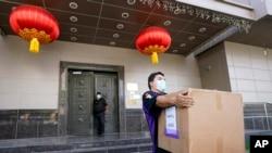 聯邦特快專遞僱員7月23日從中國駐休斯敦領事館搬走一個紙箱。