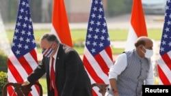 美国国务卿蓬佩奥与印度国防部长辛格2020年10月27日出席联合记者会后离席(路透社)