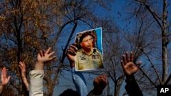 巴基斯坦前總理穆沙拉夫支持者法院外舉其照片抗議。