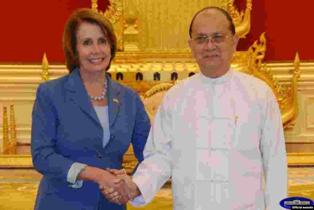 အေမရိကန္ေအာက္လႊတ္ေတာ္ လူနည္းစုေခါင္းေဆာင္ Nancy Pelosi ဦးေဆာင္တဲ့ ကိုယ္စားလွယ္အဖြဲ႔ဟာ ေနျပည္ေတာ္မွာ သမၼတဦးသိန္းစိန္နဲ႔ ဧၿပီလ ၁ ရက္ ၂၀၁၅ ဗုဒၶဟူးေန႔က ေတြ႔ဆံု (ဓာတ္ပံု - ျမန္မာသမၼတ႐ံုး၀ပ္ဆုိဒ္)