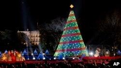 美国总统奥巴马和夫人米歇尔2014年12月4日在白宫旁参加点亮国家圣诞树的仪式。