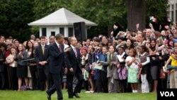 Los presidentes Obama y Calderón en los jardines de la Casa Blanca durante la visita del mandatario mexicano en 2010.