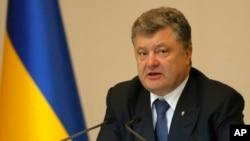 Prezident Poroshenko 41 jurnalist va blogerga bir yil davomida mamlakatga kirishni taqiqladi. Xalqaro tashkilotlar qarorni tanqid qilayapti.