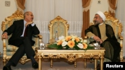 មេដឹកនាំកំពូលប្រទេសអ៊ីរ៉ង់ Ayatollah Khamenei (ខាងស្តាំ) កំពុងពិភាក្សាជាមួយលោក Mohamed El Baradei (ខាងឆ្វេង) ប្រមុខទីភ្នាក់ងារអាតូមិចអន្តរជាតិ ហៅកាត់ថា IAEA។ លោក Rouhani ថ្លែងថា មិនមានកិច្ចព្រមព្រៀងនុយក្លេអ៊ែរមួយទេ រហូតទាល់តែទណ្ឌកម្មទាំងអស់ត្រូវបានដកចេញ។