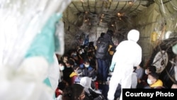 WNI yang dievakuasi dari Wuhan, China berada di dalam pesawat Hercules (Courtesy: Setpres RI).