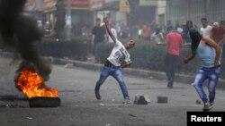 Những người biểu tình Palestine ném đá vào binh sĩ Israel trong những cuộc đụng độ ở thành phố Bờ Tây, Hebron, 23/10/2015.