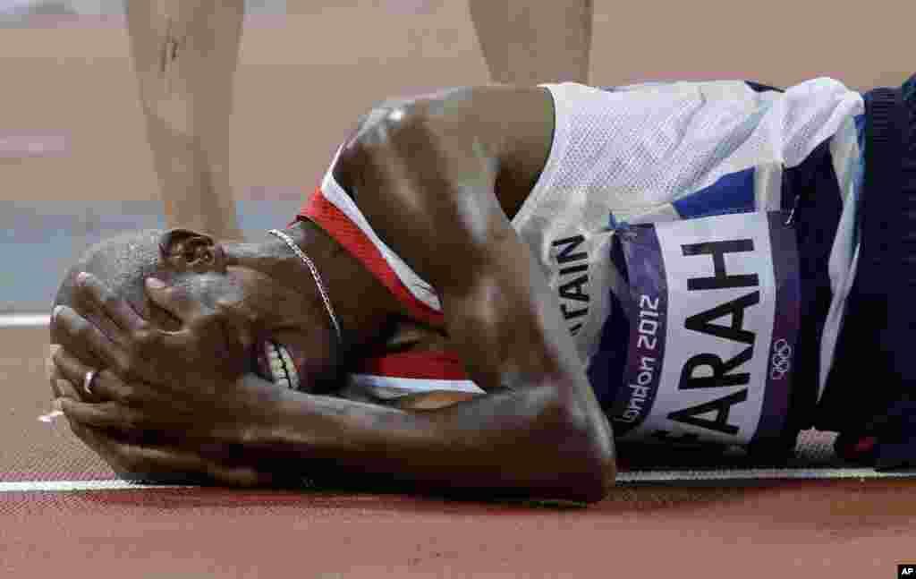 El británico Mo Farah llora luego de ganar la final de los 10,000-metros.