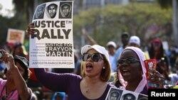 ພວກປະທ້ວງທີ່ລັດຟລໍຣິດາ ໃຫ້ດໍາເນີນຄະດີຜູ້ຍິງສັງຫານຊາຍໜຸ່ມຜິວສີ Trayvon Martin ທີ່ເມືອງ Miami ລັດຟລໍຣິດາ ເມື່ອວັນທີ່ 1 ເມສານັ້ນ