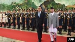 2018年6月21日,在北京人民大會堂舉行的歡迎儀式上,尼泊爾總理奧利與中國總理李克強檢閱儀仗隊。