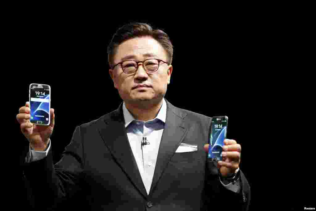 Samsung's Mobile Communications Business president, Dongjin Koh, holds the S7 and S7 edge new smartphones during their unveiling ceremony at the Mobile World Congress in Barcelona, Spain, Feb. 21, 2016.