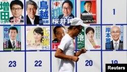 Một người chạy bộ ngang qua các tấm áp phích ứng cử viên tranh cử để trở thành thống đốc của Tokyo, Nhật Bản, ngày 31 tháng 7 năm 2016.