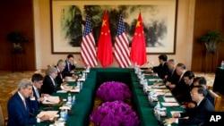 第六輪美中戰略與經濟對話星期三在北京開始。美國國務卿克里(左一)與美國財政部長雅各布.盧(左二)。