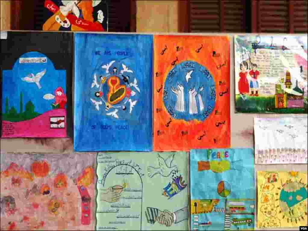 لیاری کے مختلف اسکولوں کے طلبا کی بنائی گئی پینٹنگز۔
