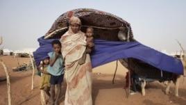 Hoton Zeinab Mint Hama, 25, da yaranta Zuber (hagu), Bon Oumar (na biyu a hagu) and Seydna Ali a sansanin 'yan gudun hijira mai Mbera refugee camp a kudancin Mauritania, May 23, 2012.
