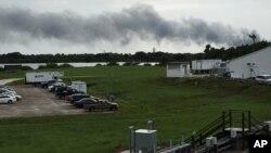 Humo sale de la plataforma de lanzamiento del cohete Falcon 9 de SpaceX en Cabo Cañaveral.