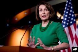 លោកស្រី Nancy Pelosi ប្រធានរដ្ឋសភាខាងគណបក្សប្រជាធិបតេយ្យថ្លែងនៅក្នុងសន្និសីទកាសែតមួយនៅក្នុងវិមានសភា Capitol Hill ក្នុងរដ្ឋធានីវ៉ាស៊ីនតោន កាលពីថ្ងៃទី១៥ ខែវិច្ឆិកា ឆ្នាំ២០១៩។