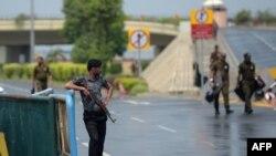 لاہور کے علامہ اقبال ایئرپورٹ کی جانب جانے والی سڑک پر پولیس اہلکار تعینات ہیں۔