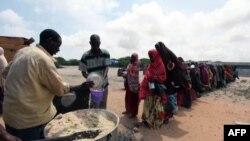 Những người dân Somalia xếp hàng chờ nhận thực phẩm tại một địa điểm cứu trợ trong thủ đô Mogadishu