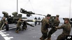 美國海軍陸戰隊隊員2月2日在沖繩島基地的美國軍艦上裝備榴彈砲