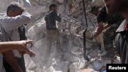 19일 알레포 지역에 정부군의 공습이 있은 후, 무너진 건물에서 사체를 꺼내는 반군.