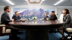 Hai lãnh đạo Nam và Bắc Hàn thảo luận tại Nhà Hòa Bình, Bàng Môn Điếm, 27 tháng Tư.