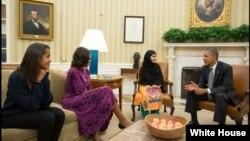 Presiden Amerika Barack Obama, Ibu Negara Michelle Obama dan putri mereka, Malia, menemui Malala Yousafzai di Kantor Oval, Gedung Putih, Washington DC (11/10).