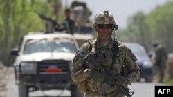 Binh sĩ thuộc Lực lượng Hỗ trợ An ninh Quốc tế tuần tra tại làng Tarok Kolache ở Afghanistan
